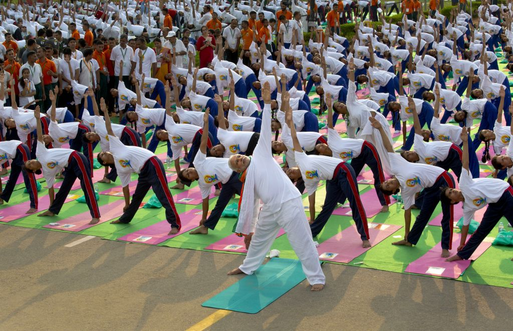 Indian prime minister performs yoga along with thousands of Indians, Hollandse Hoogte, 2015